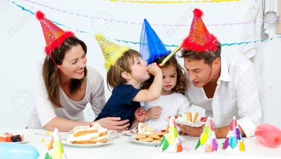 10170950-familia-feliz-de-haber-fn-mientras-comía-pastel-de-cumpleaños
