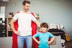 padre-e-hijo-sonrientes-en-traje-del-super-héroe-67744804