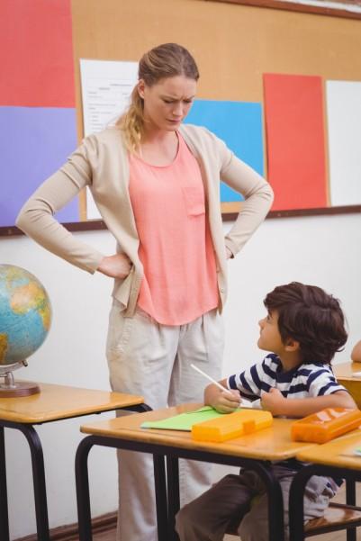 profesor-enojado-busca-pupila-manos-caderas_13339-102968.jpg