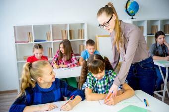 maestra-ninos-necesidades-educativas-especiales